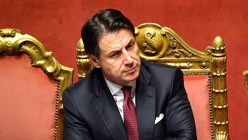 Giuseppe Conte lemondott