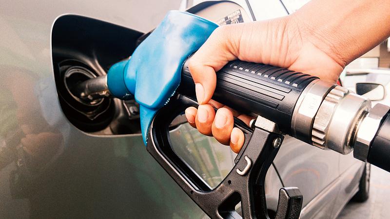 """Egy """"bélással"""" olcsóbb lesz a benzin"""