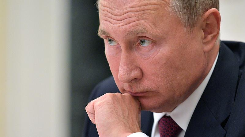 Putyin hátraléphet, mert utolérte a hanyatlás