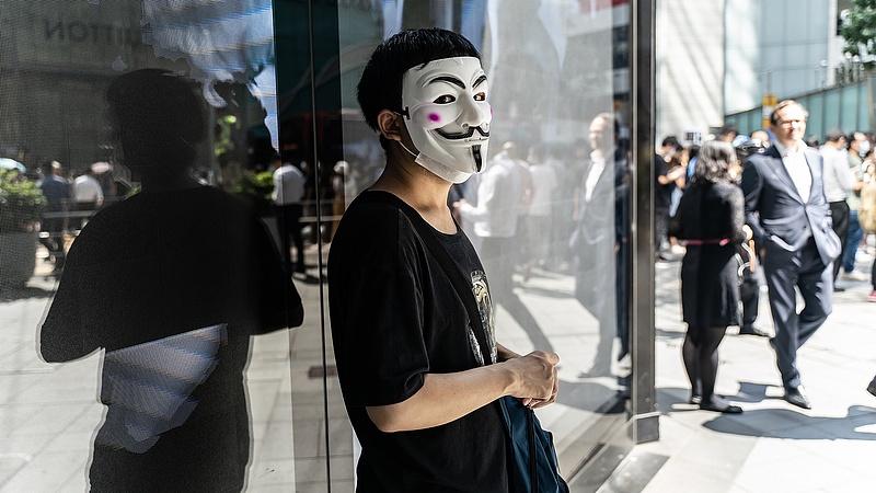 A hongkongi tüntetéseken betiltanák a maszkokat