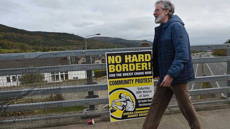Amerikai romboló állhatja útját a brit kormányfő kamikazetámadásának