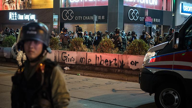 Hongkongban a tüntetők nyakába varrnák a recessziót