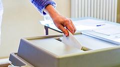 Összetört fülke, széttépett szavazólapok