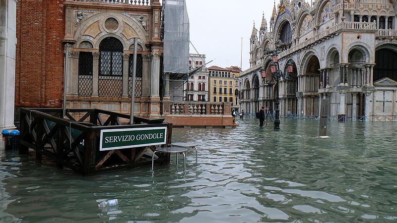 Velencei árvíz: már az operaház is beázott
