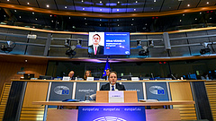 Így bizonygatta Várhelyi, hogy nem Orbán bábja lesz