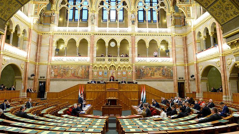 Új helyre költöznek a magyar parlamenti képviselők