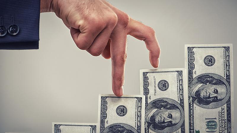 Keresik a dollárt, hároméves csúcson az árfolyam