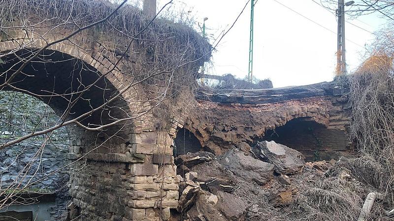 Leomlott egy híd Piliscsabán