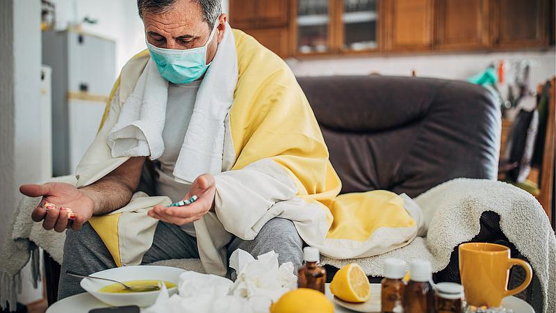 Koronavírus: Drasztikus lépésre kényszerült a francia elnök