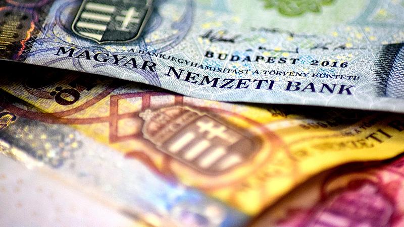 A dollárral szemben gyengül, az euróval szemben kapaszkodik a forint