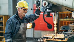 A nyugdíjasokat sorra állítják újra munkába