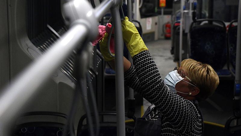 Koronavírus: a budapesti buszokon is védekeznek