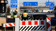 Fokozódik a helyzet Németországban - a hollandok a fűboltokat is bezárták