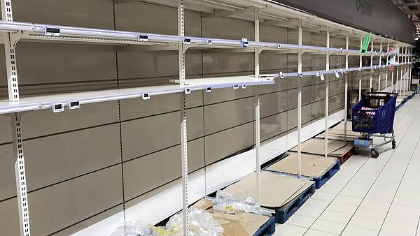 Visszatér pánikvásárlás, kiürülnek a polcok az áruházakban