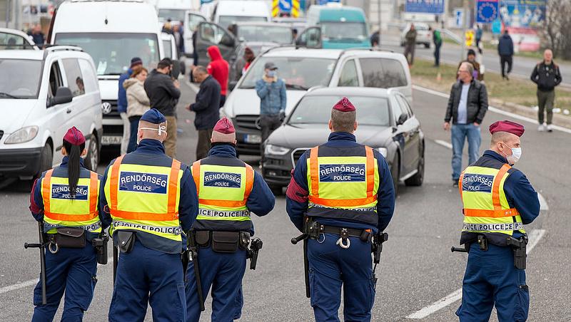 Káosz Hegyeshalomnál - több ezer román vendégmunkás vesztegel a határon (frissítve)