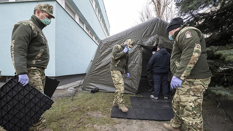 Koronavírus: 100 ezres jutalmat kapnak a katonák a helytállásukért