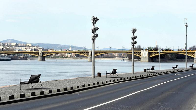 Kiesik egy napra a gyalogosok előtt a rakpart Budapesten
