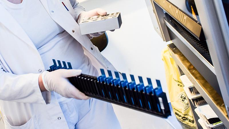 Fizetős PCR teszt - mégis enyhít a kormány
