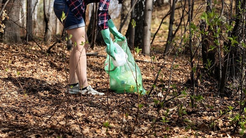 Az egyszer használatos műanyagok kivezetését támogatással pörgeti fel a kormány