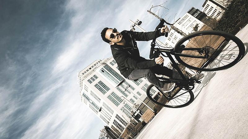 A biciklisek harmada a telefonját babrálja menet közben