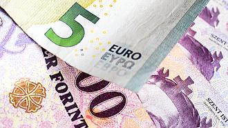A forint gyengül, a dollár nagyot kapott