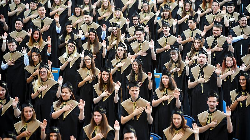 ből 50 egyetemi)