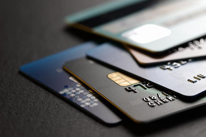 Bankkártyák: rossz hírt kaptak a CIB, az Erste és az Unicredit ügyfelei