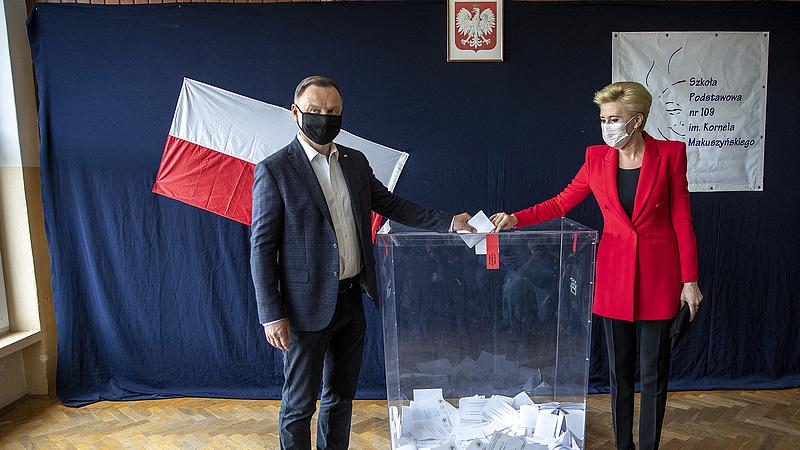Exit poll: azonosan áll a két elnökjelölt Lengyelországban