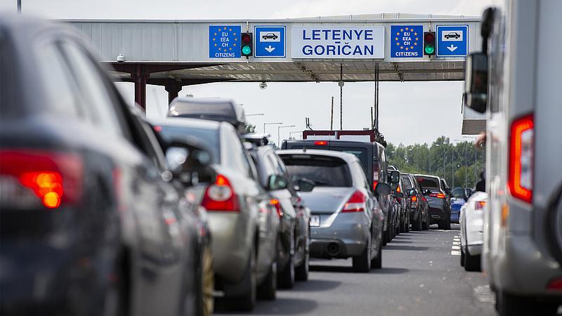 Autósok, figyelem! Többórás sorok a határátkelőknél, baleset az M5-ösön