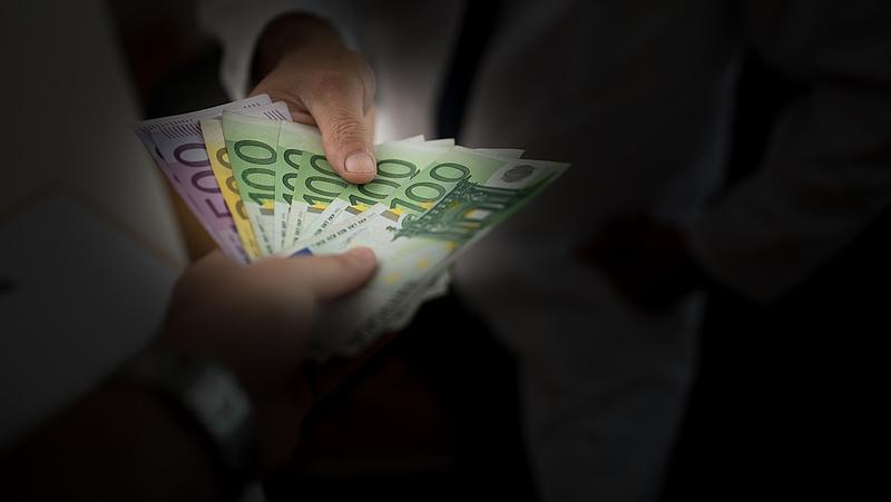 A legtöbb magyar az EU kezébe adná a minimálbér-emelést