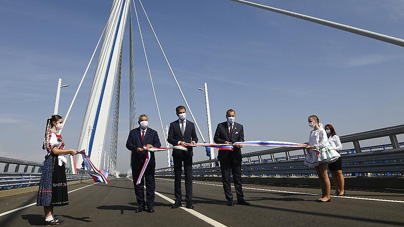 Orbán Viktor átadta a nettó 32 milliárdért épült új Duna-hidat