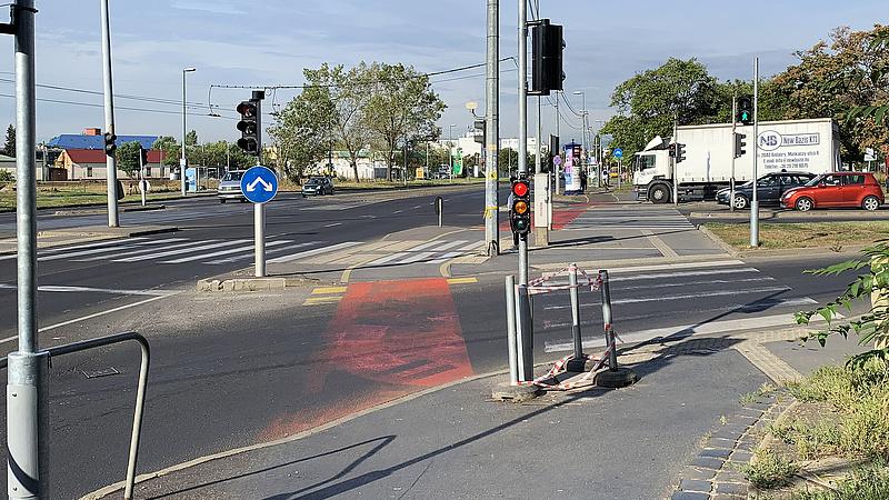 Durva kerékpáros kereszteződés Budapesten - az autósok a piroson is áthajtanak