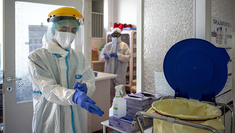 Koronavírus: 1293 fertőzött,  egy nap alatt 33 halott Magyarországon