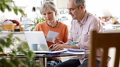 Új nyugdíjakciók: ajándék Covid-teszt és 13. havi jóváírás