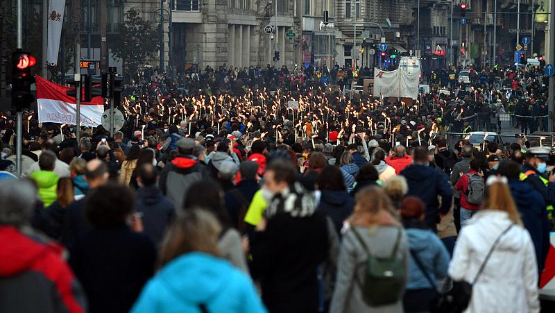 Sok ezren vonultak együtt az egyetemi autonómiáért kiálló SZFE-sekkel
