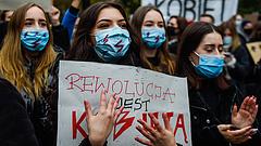 Polgárháborús indulatok izzanak a lengyel abortuszcsatában