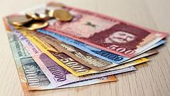 Gurul lefelé a lejtőn a forint, az MNB döntésére vár a piac