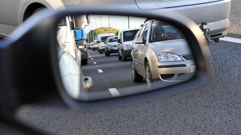 Több kilométeres kocsisor alakult ki Hegyeshalomnál