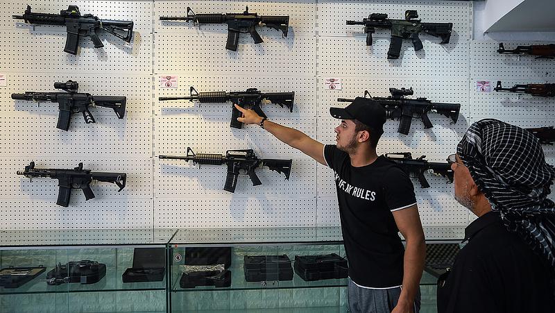 Biden beleállt a legnagyobb amerikai tabuba: a fegyvertartásba