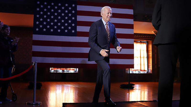 Bevándorlók tömegei a határon, Biden mégis repülőrajtot vett