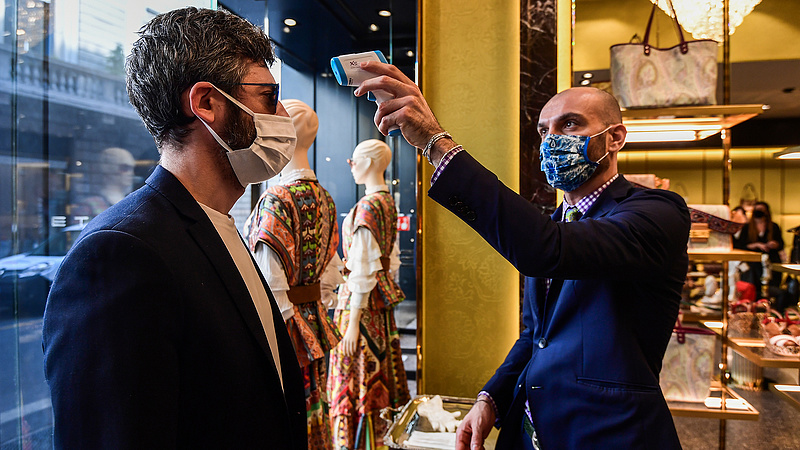 Ahogy feloldották a korlátozásokat, megrohamozták a boltokat az olaszok