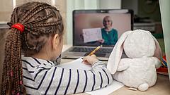 Kiszámolták: brutális összegbe került a családoknak az online oktatás