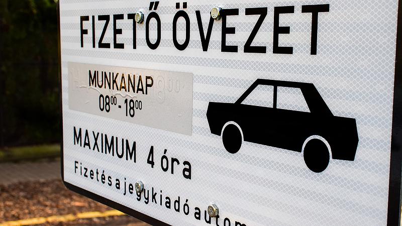 Mekkora fizetést kap egy parkolóőr?