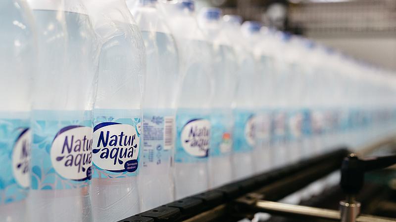 A palackos vízzel a műanyagot is lenyeljük