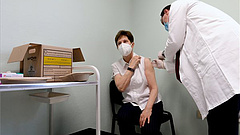 Beadták Magyarországon az első koronavírus-oltást