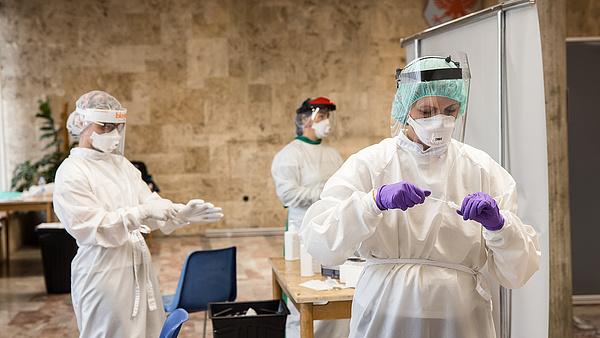 Újabb szomszédos ország vezet be szigorú járványügyi intézkedéseket