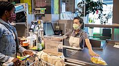 Koronavírus: kell távolságtartás, ha sorállás alakul ki egy bolt bejárat előtt a járdán?