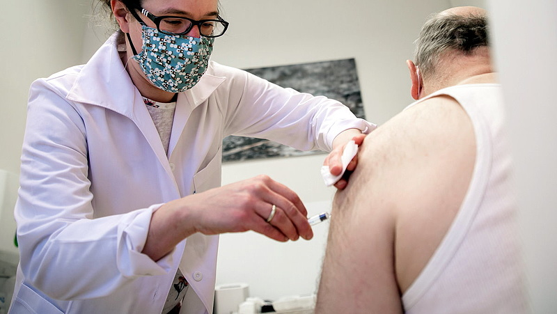 Szlávik János: még mindig vannak beteg, beoltatlan idősek