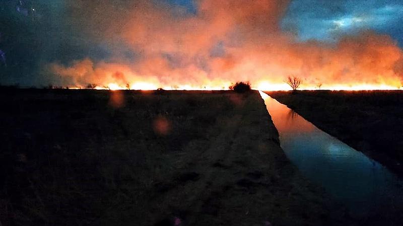 Hatalmas tűz Cegléd határában