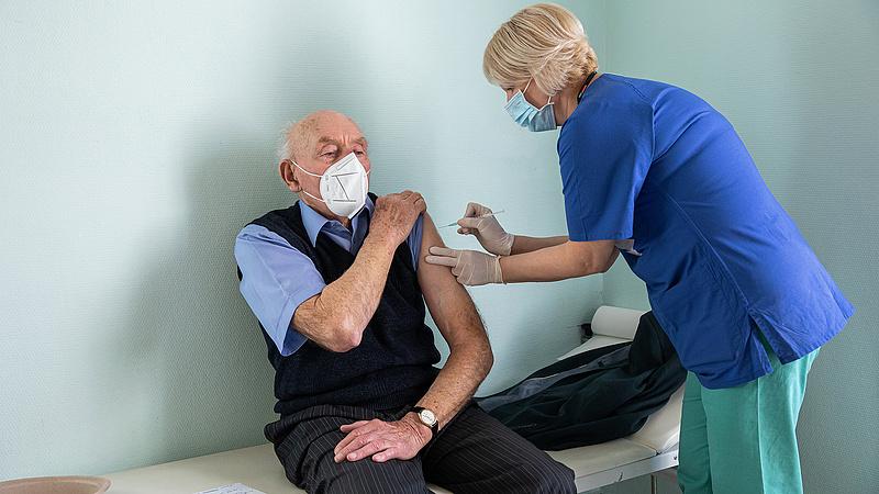 Ötven évig is szükség lehet a koronavírus-vakcinákra